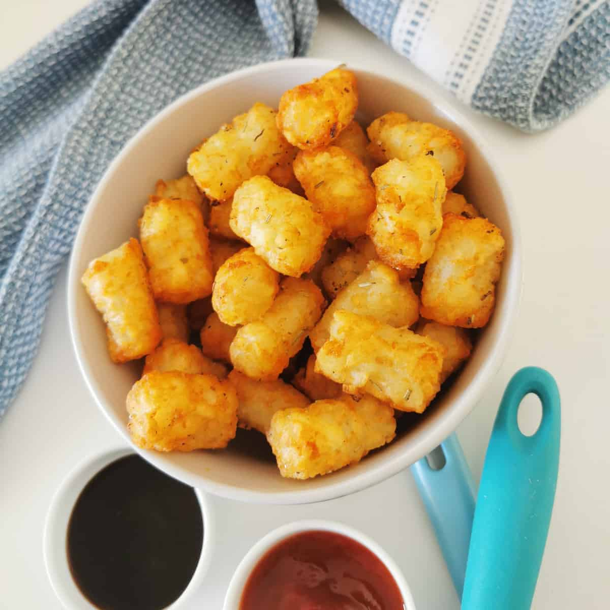 air fryer tater tots served on a plate